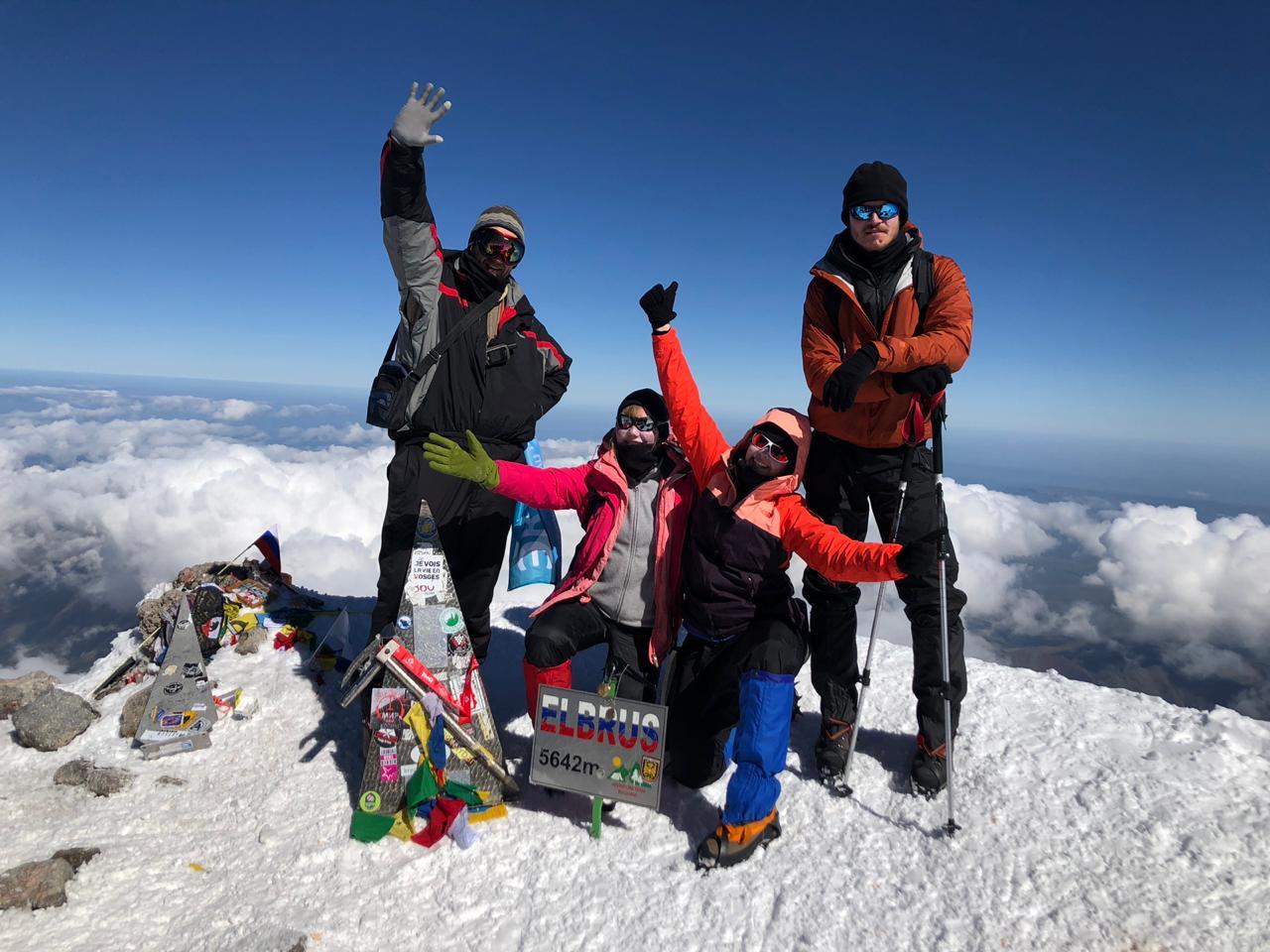 Команда на вершине Эльбруса