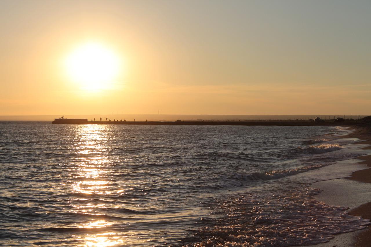 Длинные волнорезы закрывают вход в бухту Донузлава