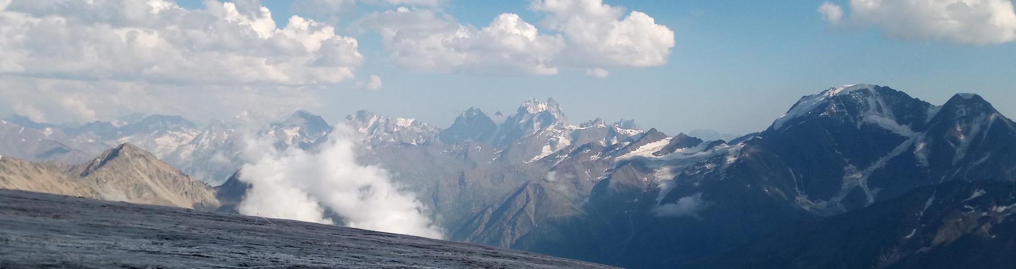 Панорама на Главный Rавказский Хребет с южного склона Эльбруса