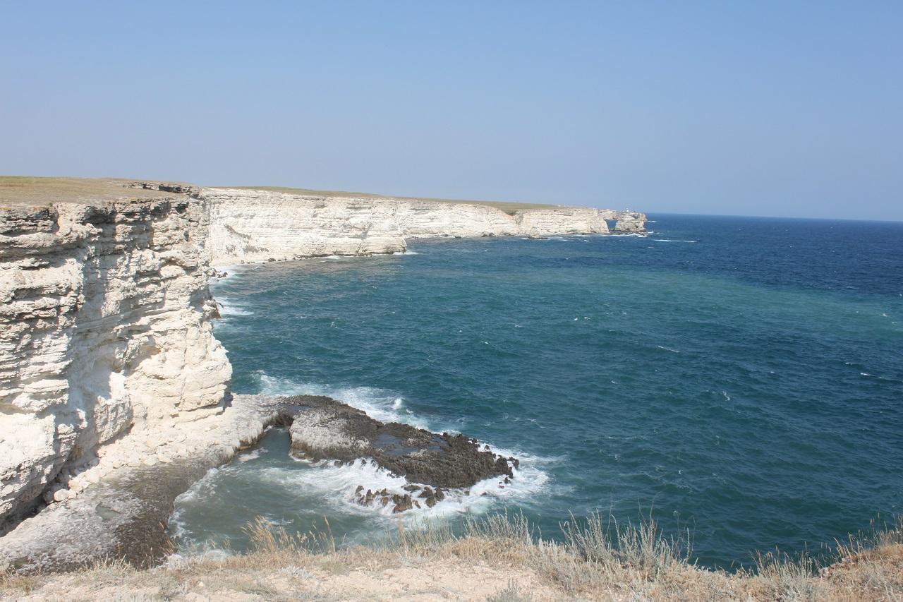Обрывистый и скалистый берег мыса Тарханкут