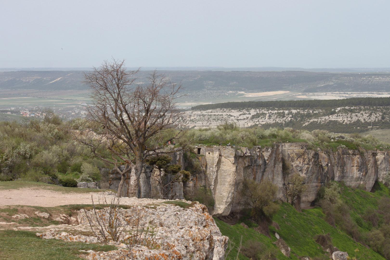 Скальные обрывы под крепостью Чуфут-Кале с плато Бурунчак