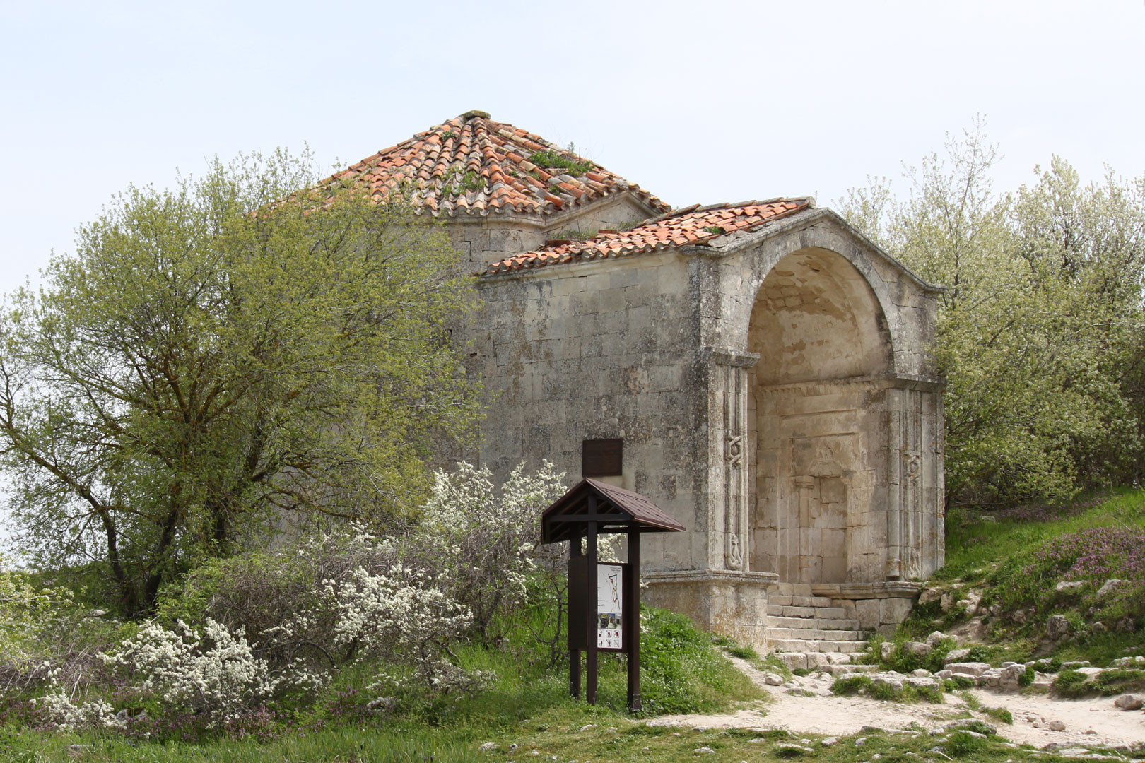 Мавзолей Джанике в Чуфут-Кале